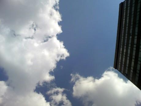 広場から見た空。このあと、雲と雲がぶつかります。