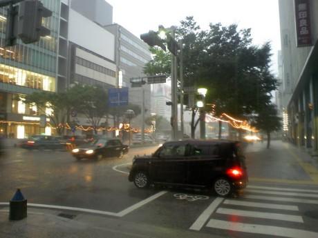 栄を歩いてる最中に大雨。もうビッチャビチャ