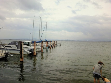 8月9日 琵琶湖にて。あいにくの曇り空でしたが楽しかった。